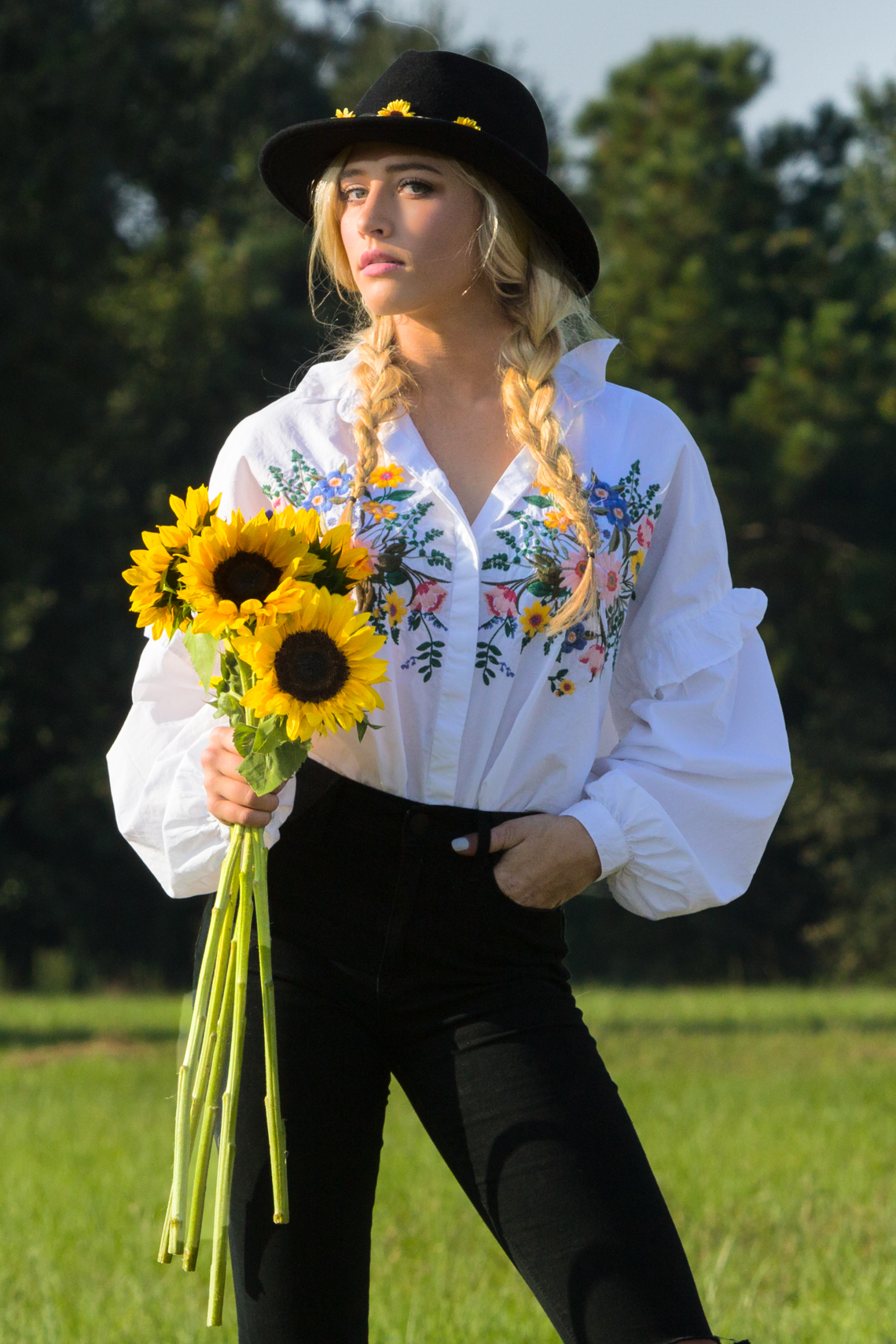 editorial-fashion-sassy-cowgirl-hat-daisies-torn-jeans